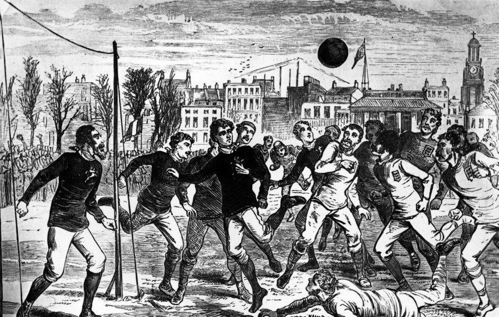 Personas jugando fútbol a finales del siglo XIX.