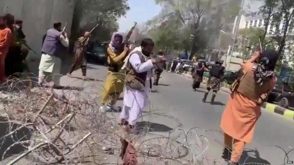مقاتلو طالبان يطلقون الرصاص في الهواء
