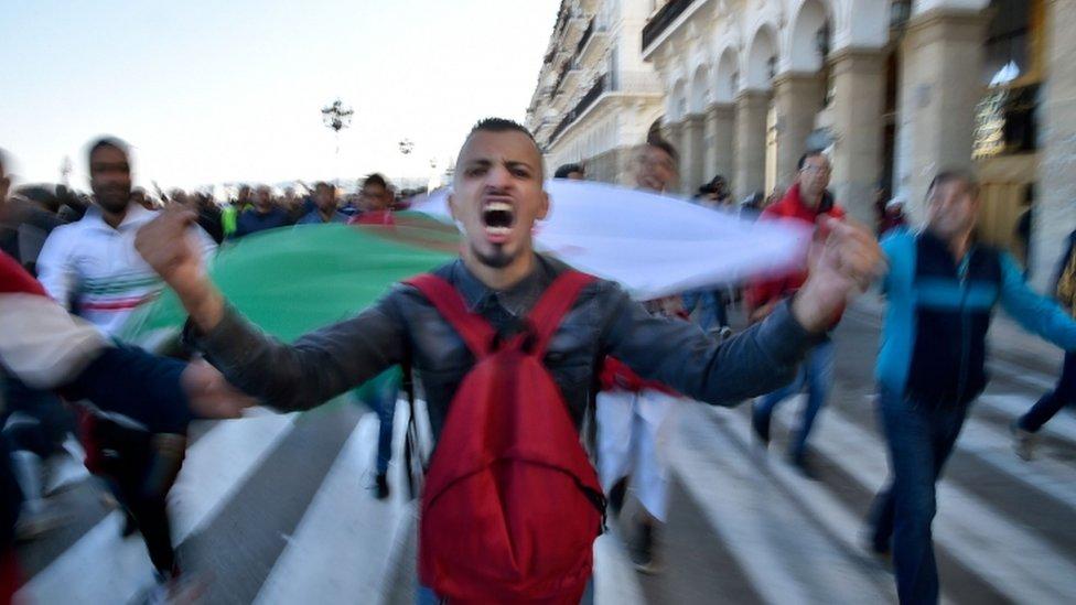 """ردد المتظاهرون، وأغلبهم من الشباب، """"لا لفترة خامسة"""""""