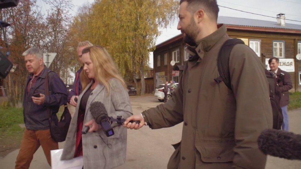 ركزت الأضواء على مارينا، وسعى العديد من الصحفيين ومنهم مراسل بي بي سي بيتر كوزلوف (إلى اليمين) إلى اللقاء بها