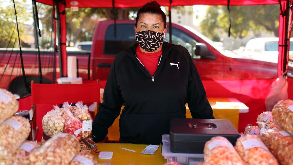 Mujer hispana en Los Ángeles en un puesto callejero.