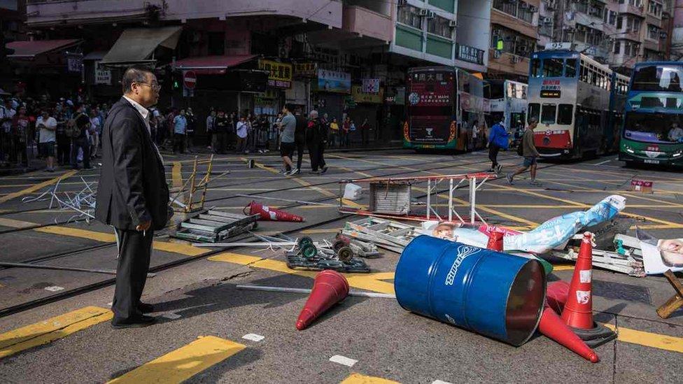 香港多區有示威阻塞道路,與警察爆發衝突。
