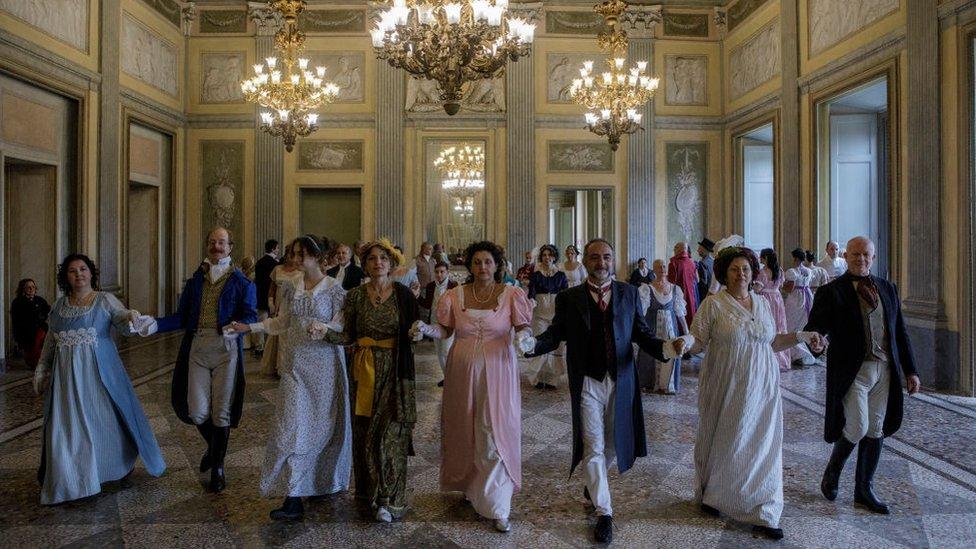 La gente baila en un salón mientras participan en una reunión de Janeites organizada por el grupo de Facebook 'Nel Mondo di Jane Austen' en Villa Reale en 2018 en Monza, cerca de Milán, Italia. Los Janeites son devotos de la vida y obra de la novelista británica Jane Austen, y de la era de la Regencia.