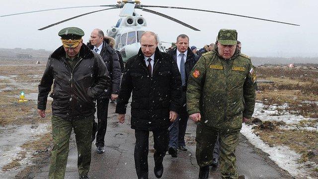 President Vladimir Putin (c) with Defence Minister Sergei Shoigu (l)