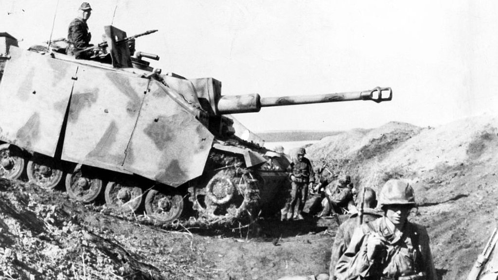 Tanque de guerra cayendo en una zanja