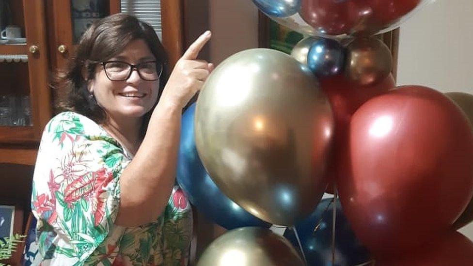 Vera posa com balões