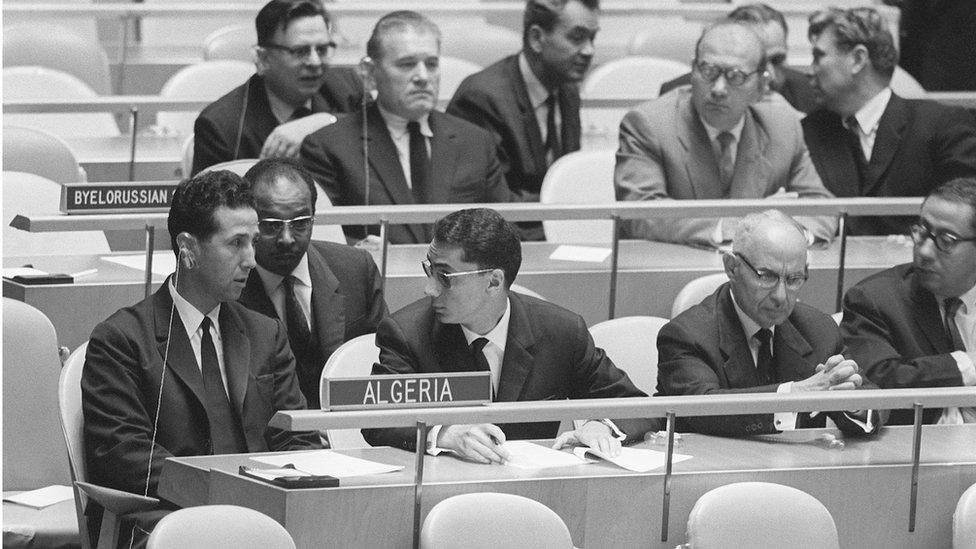 رئيس الوزراء أحمد بن بلة (ليسار) وأعضاء الوفد الجزائري، الأمم المتحدة ، نيويورك أكتوبر/تشرين الأول. 1956