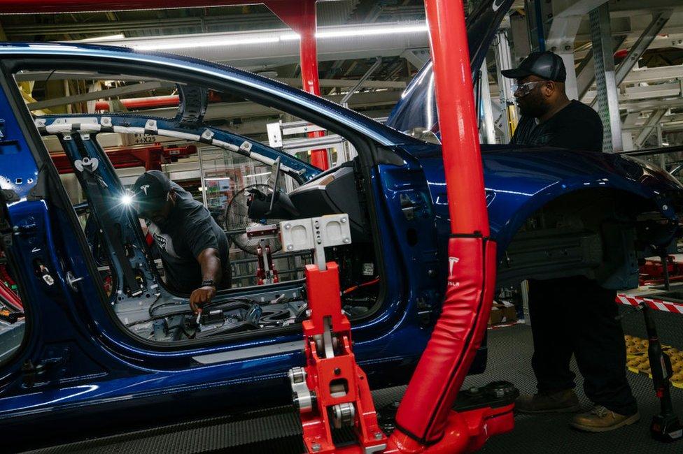 Los gastos de Tesla se dispararon debido al aumento en la producción de su nuevo auto, el Modelo 3.