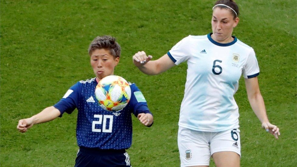 2021女子足球世界杯期間,日本隊員和阿根廷隊員爭球