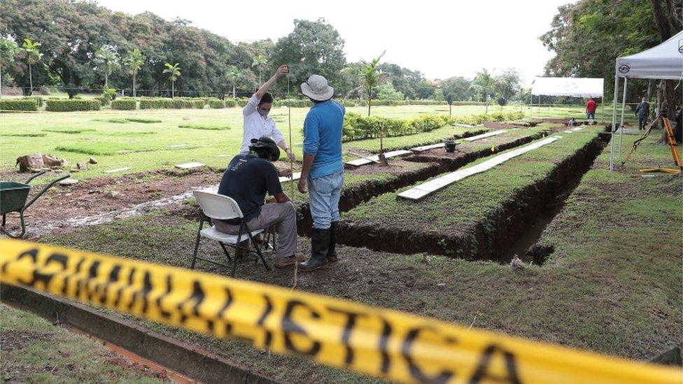 Exhumación de restos en el cementerio Jardín de Paz de Ciudad de Panamá.