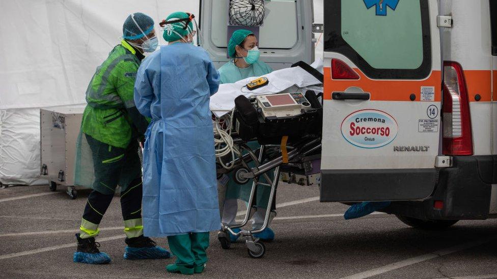 Ambulancia trasladando a un paciente con covid-19.