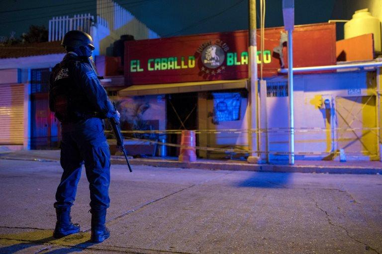 Un policía frente al bar El Caballo Blanco