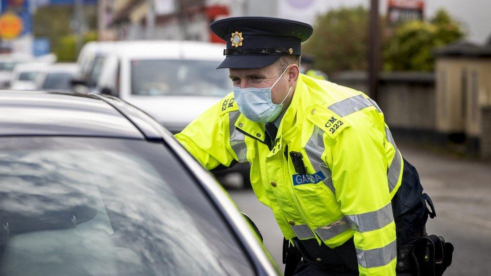 Un garda (agent de police irlandais) effectuant un contrôle aléatoire du véhicule à la frontière Donegal / Londonderry.