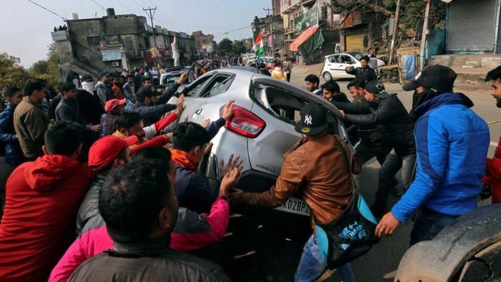 克什米爾抗議民眾掀翻汽車