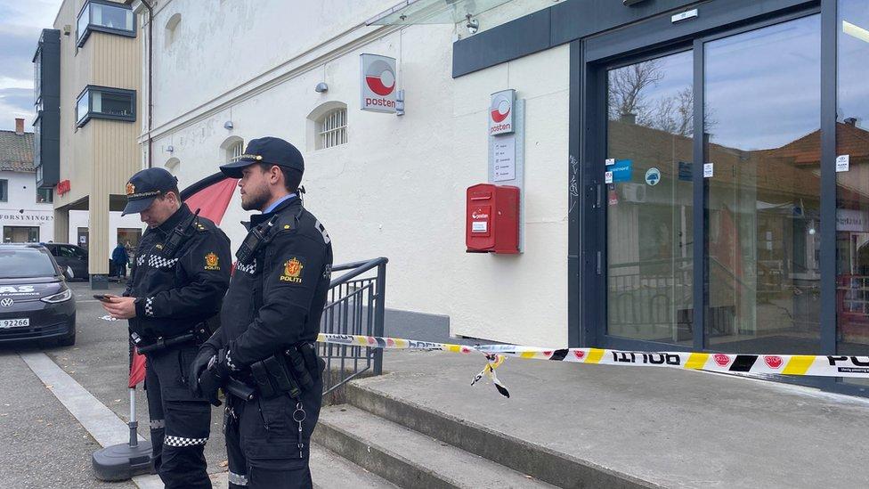 Policiя okolo supermarketa
