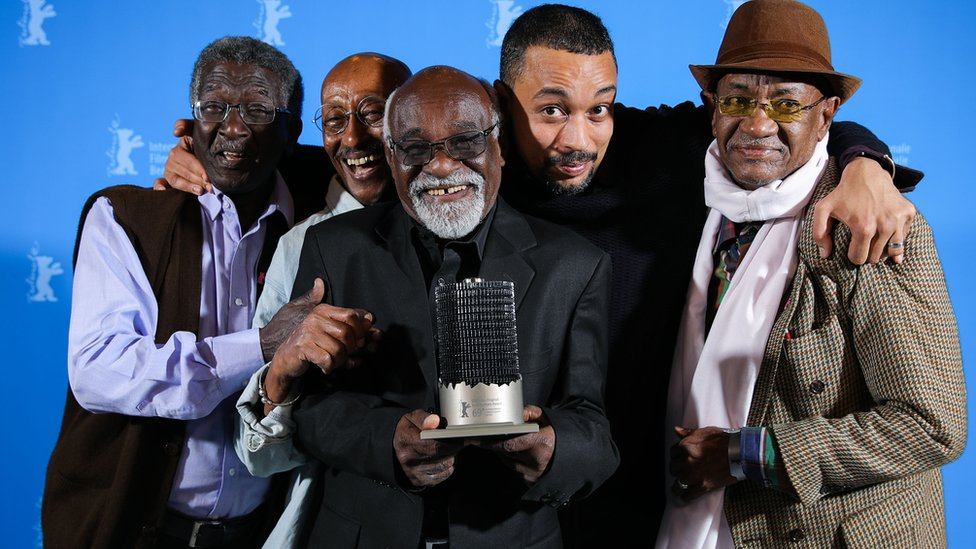 المخرج الشاب قسم الباري وسط مجموعة المخرجين السودانيين الأربعة الذين صورهم في فيلمه