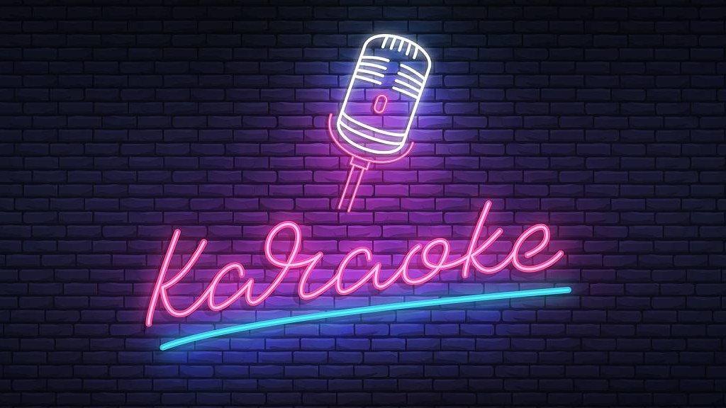 Anuncio luminoso que dice karaoke
