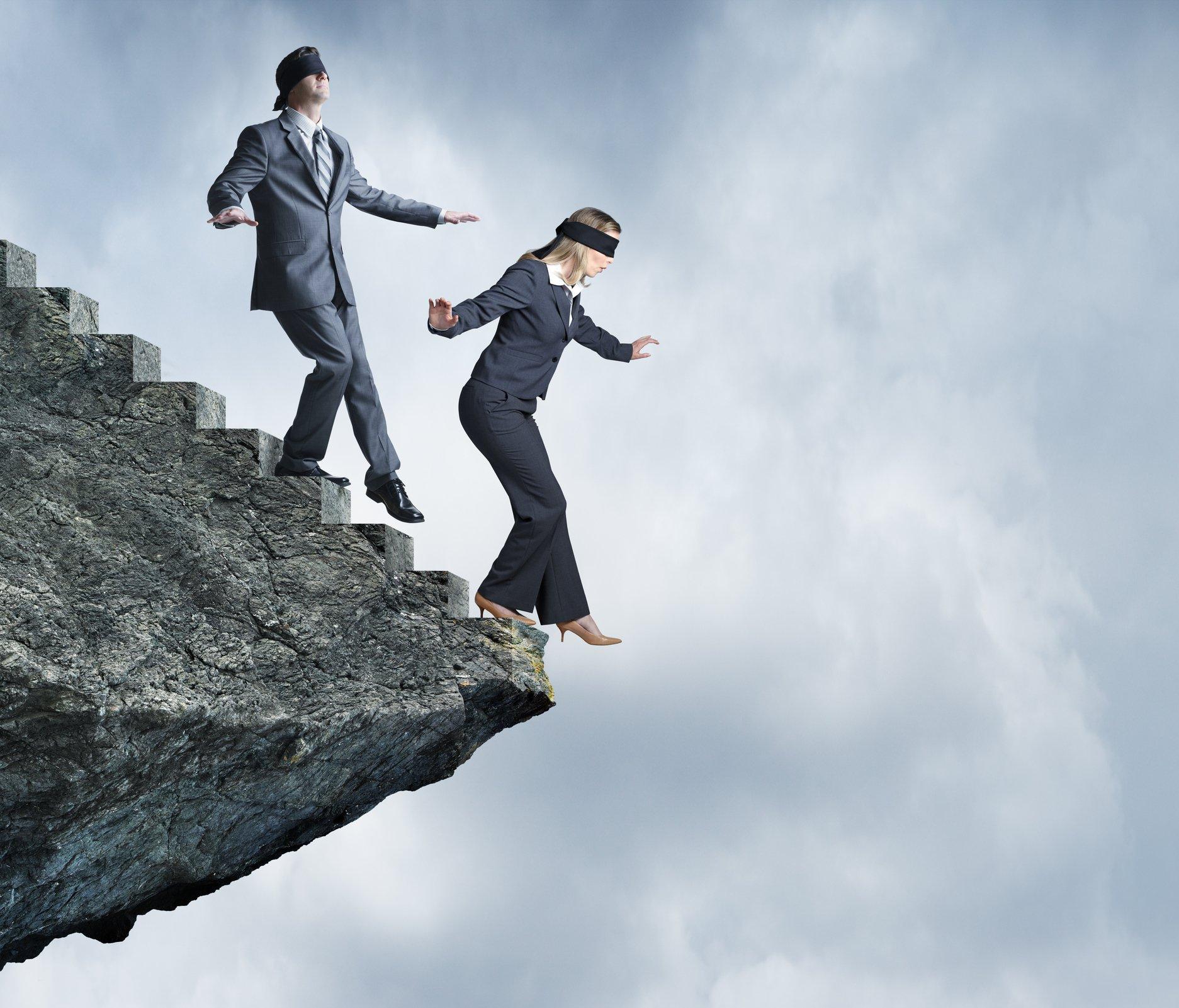 Dos personas al borde de un precipicio