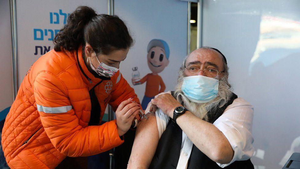 Un hombre siendo vacunado