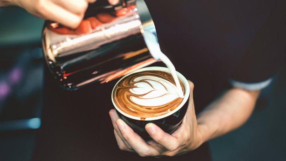 čovek pravi kafu