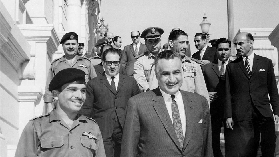 30 مايو 1967: حسين وعبد ناصر يبتسمان بعد توقيع اتفاقية دفاع مشترك بين الأردن ومصر