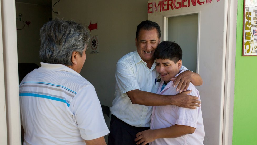 El Dr. Roger Zapata, junto al enfermero Joaquín Delgado quien abraza a Luis Fermín
