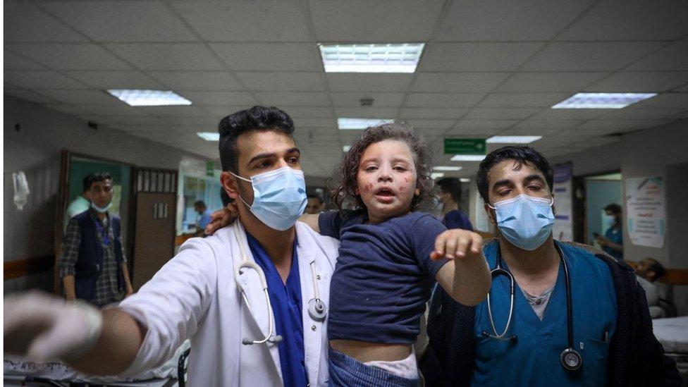 مشفى الشفاء - 18 أيار/مايو. طبيب يحمل طفلة