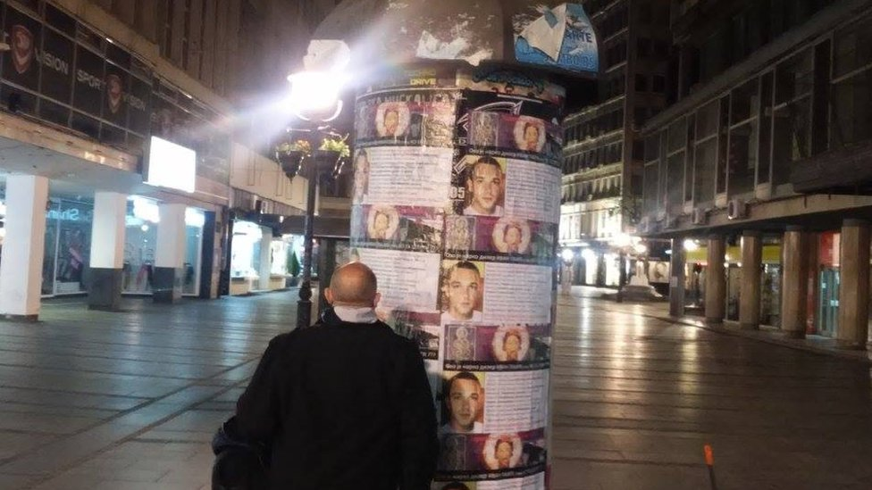 Jedan od članova udruženja Sveti Sava ispred plakata koje su lepili u Knez Mihailovoj ulici u Beogradu.