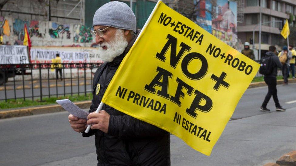 Manifestante contra las AFP en Chile.