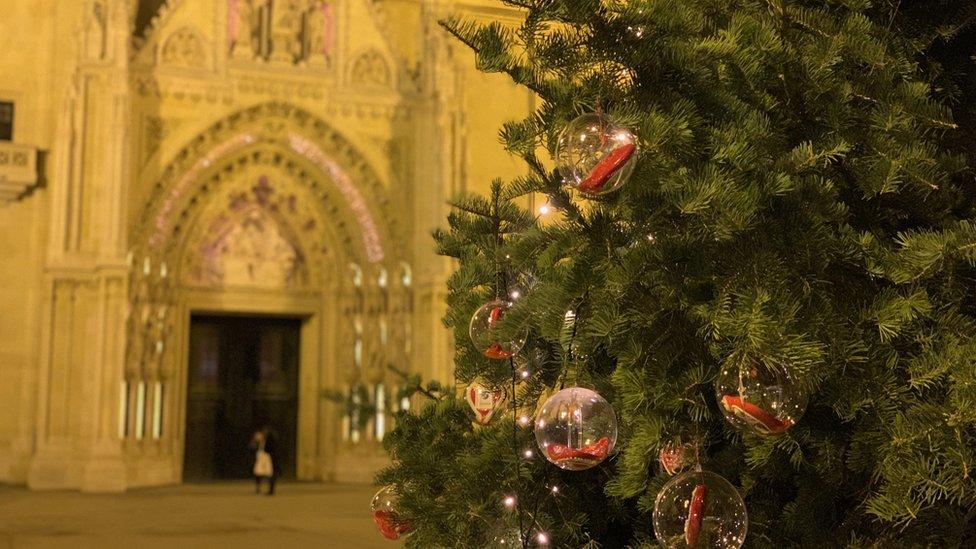 Ukrašena jelka ispred Zagrebačke katedrale