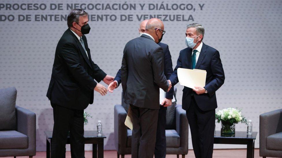 Jorge Rodríguez, presidente de la Asamblea Nacional chavista, saluda a Gerardo Blyde, jefe de la delegación opositora en México.