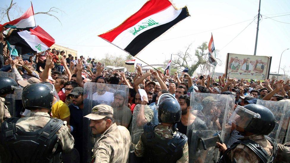 محتجون تجمعوا عند مبنى الحكومة في البصرة