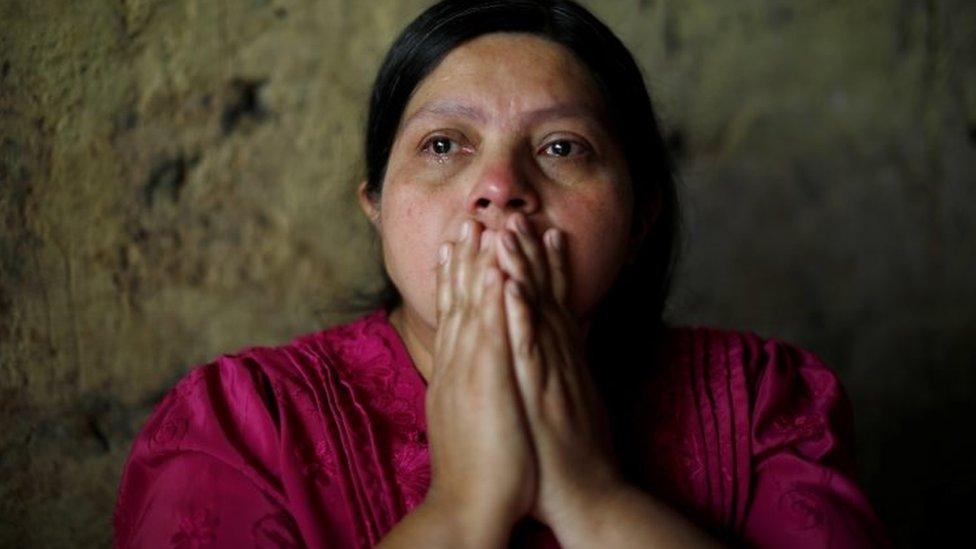 La madre de Juan de León Gutiérrez llora desde su casa en Guatemala.