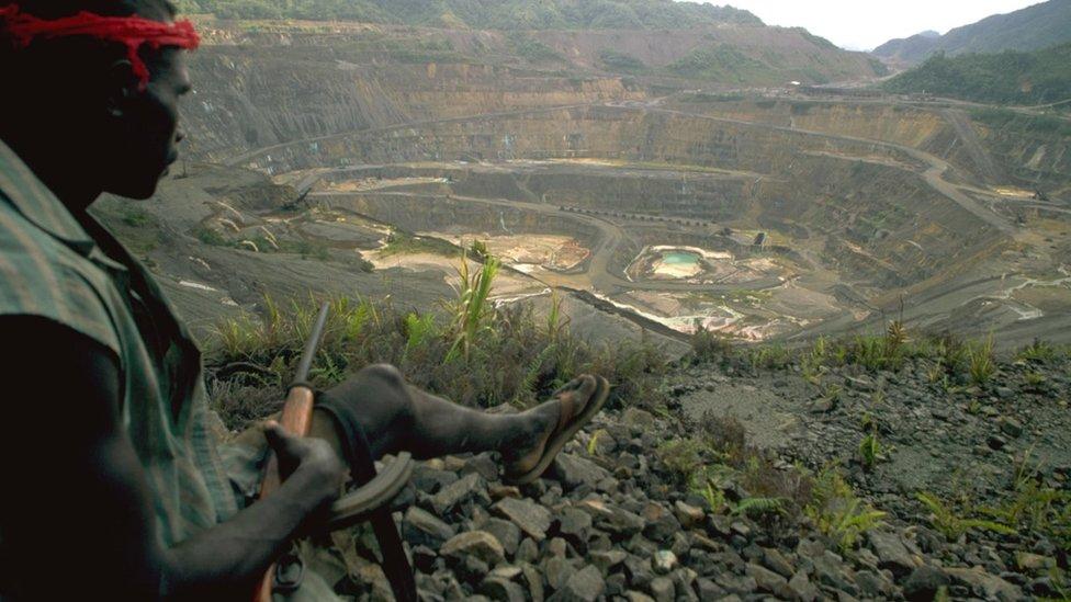 Hombre controlando una mina en Bougainville.