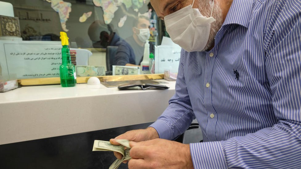 Man counting money in an exchange shop in Tehran