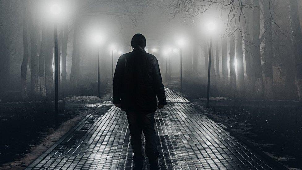 صورة أرشيفية لرجل يسير وحيدا بالليل