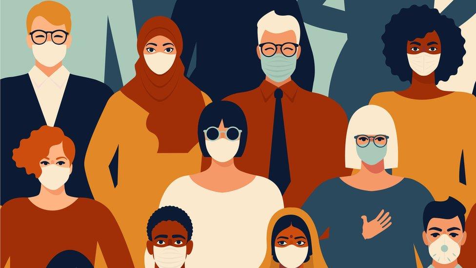 Ilustração de dezenas de pessoas com aspectos físicos diferentes e enfileiradas com máscaras