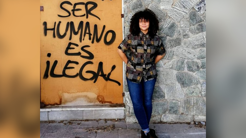 "Jai en España, con un letrero que dice ""Ser humano es ilegal"""