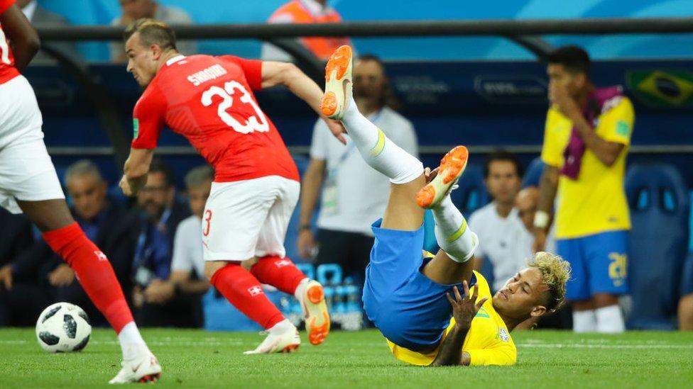El futbolista brasileño Neymar, en el suelo después de un tackle.