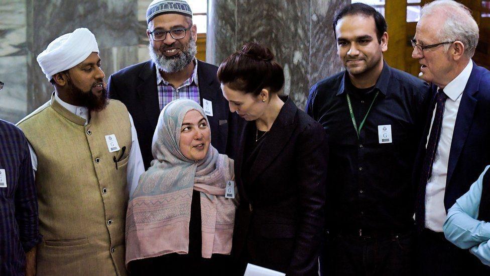 La primera ministra de Nueva Zelanda, Jacinda Ardern, y miembros de la comunidad musulmana en Nueva Zelanda