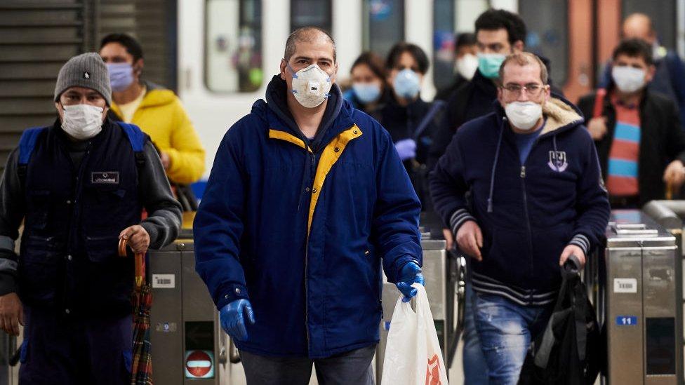 Trabajadores en el metro de Madrid, España.