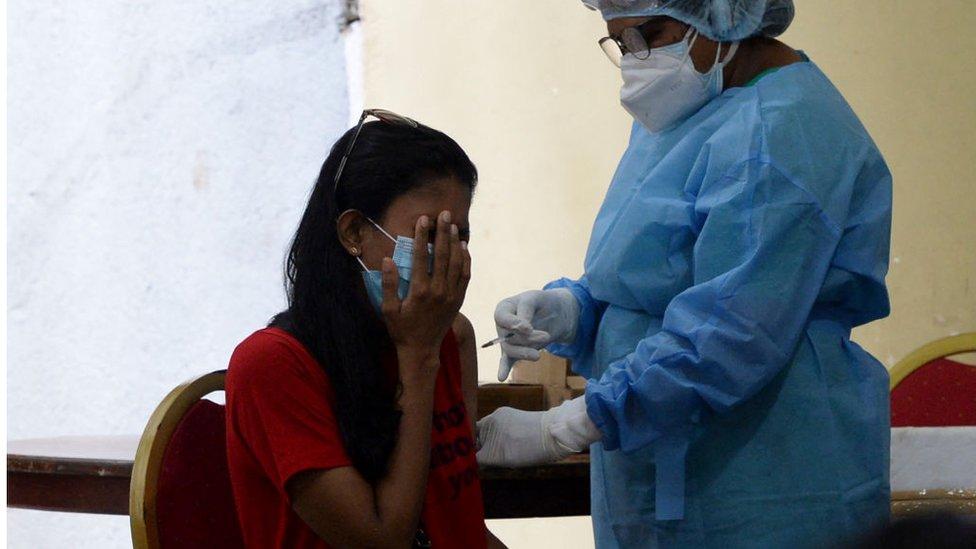 Una mujer recibe la vacuna de la china Sinopharm en Colombo.