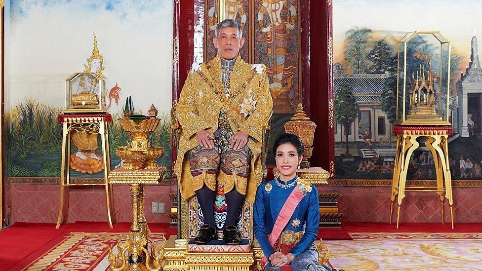 الملك ورفيقته في القصر الملكي في بانكوك