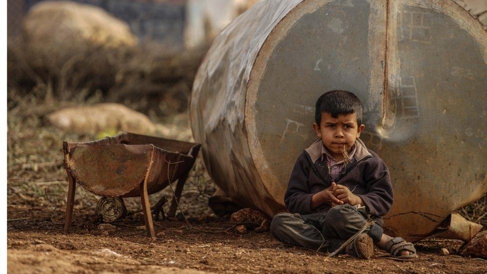 أحد الأطفال النازحين في مخيم آطمة على الحدود السورية التركية