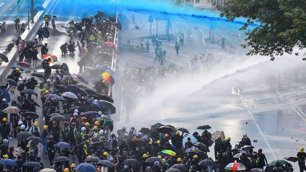 policija prska demonstrante