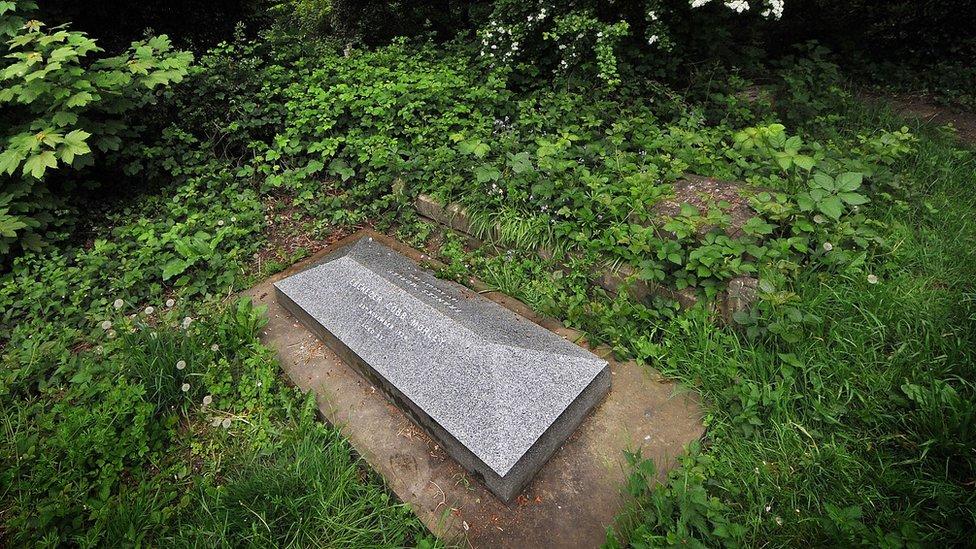 Morley está enterrado en Barnes, en el norte de Londres.