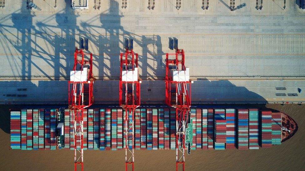 Kapal kontainer di pelabuhan