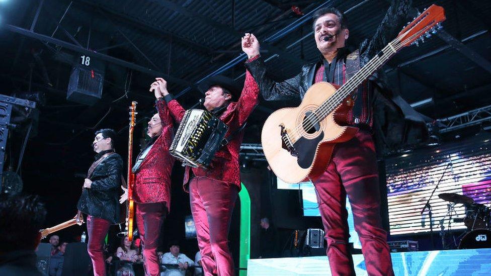 Los Tigres del Norte en el escenario