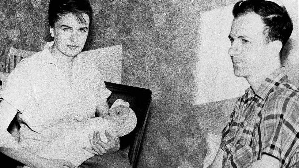Oswald con su esposa, Marina, y la primera hija del matrimonio, June Lee, cuando vivían en Minsk.