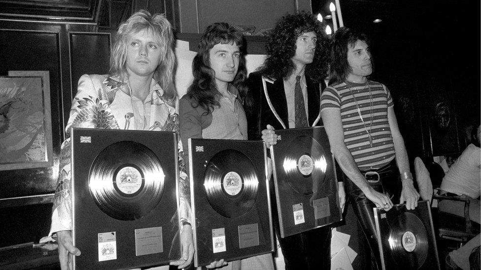 Grupo Queen con sus discos de oro en los años 70